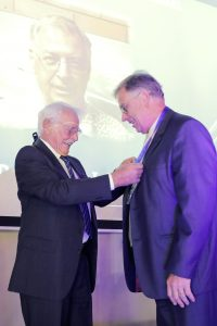 Bernd Rohloff presents Manfred Johannes with the SAINT Gold Medal for his Outstanding Contribution to NDT